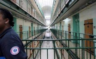Le nombre de détenus dans les prisons françaises au 1er mai 2008 a atteint 63.645, frôlant à sept personnes près le record historique des 63.652 détenus au 1er juillet 2004, selon Claude d'Harcourt, directeur de l'Administration pénitentiaire.