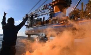 Plusieurs dizaines de bateaux de pêche ont encerclé pendant une heure le navire chargé de la construction du parc éolien en mer.