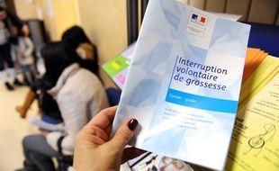 Une documentation sur l'IVG (interruption volontaire de grossesse), dans la salle d'attente du centre d'orthogénie de la maternité des Lilas, le 18 janvier 2013.