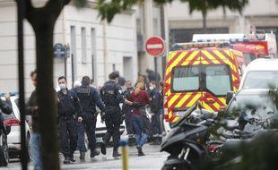 Intervention des forces de police après l'attaque au couteau dans le 11e arrondissement de Paris, le 25 septembre 2020.