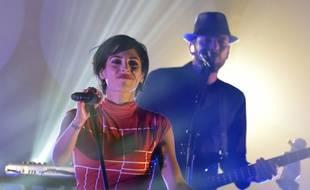 Le groupe Superbus et sa chanteuse Jennifer Ayache sur la scène du Trianon à Paris.