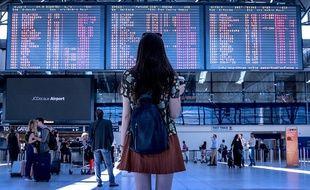 Une jeune fille dans un aéroport.