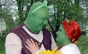 Un couple déguisé en Shrek et Fiona se marient au Pays de Galles le 9 mai 2010.