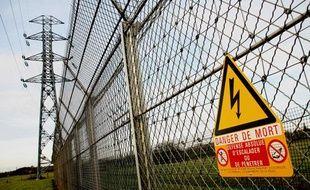 Pylones électriques et lignes à très haute tension dans la Sarthe.