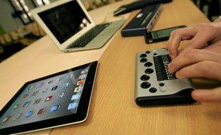 Ce mini-clavier traduit en Braille les informations affichées par cette tablette numérique.
