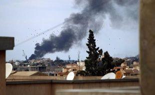 De la fumée s'échappe des bâtiments à Benghazi après des combats entre les forces gouvernementales et des islamistes, en Libye le 14 février 2015