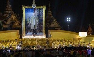 Un portrait géant du roi décédé a été dévoilé pendant une cérémonie à la bougie, le 5 décembre au soir à Bangkok (Thaïlande).