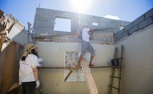 Une ONG aide à la reconstruction d'une maison à Saint-Martin, en février.