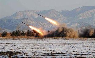 Les Nord-Coréens ont placé sur une rampe de lancement un engin qui semble être un missile balistique de longue portée, a rapporté l'agence de presse japonaise Kyodo dans la nuit de mercredi à jeudi.