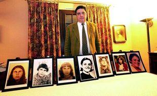 Pierre Monnoir, president de  l'Association de défense des handicapés de l'Yonne presente les  portraits des «Disparues de l'Yonne» à  Auxerre, le 16 décembre 2000.