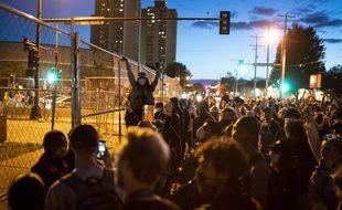 Des manifestants devant un commissariat de Minneapolis dans la nuit de vendredi à samedi.