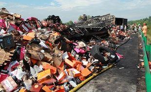 Les secouristes sur le lieu de l'accident qui a fait au moins 38 morts dans la province chinoise du Hunan, le 19 juillet 2014.