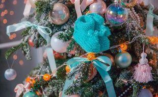 Illustration de chaussons de bébé sur un sapin de Noêl. Pour beaucoup de couples confrontés à l'infertilité, cette période de fêtes familiales peuvent être compliquées.
