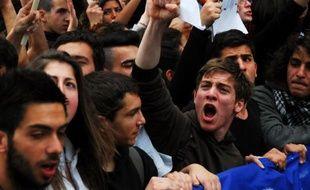 """Plusieurs centaines de lycéens chypriotes inquiets pour leur avenir se sont rassemblés mardi matin devant le Parlement à Nicosie en brandissant des panneaux """"Troïka out of Cyprus"""" avant de se diriger vers le palais présidentiel."""