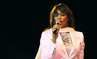 Les 54e Grammy Awards ont commencé dimanche à remettre leurs premiers trophées, en amont de la grande soirée télévisée, alors que le monde de la musique pleure la mort de la diva pop Whitney Houston, décédée dimanche à 48 ans dans sa baignoire à Beverly Hills