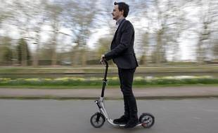 Frédéric complète ses trajets en transports en commun avec sa trottinette.