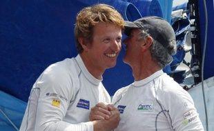Jean-Pierre Dick et Loïck Peyron à l'arrivée de la Barcelona World Race, le 4 avril 2011.