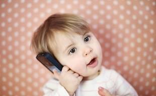 Un enfant d'un an avec un téléphone.