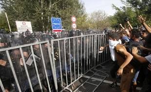 Des affrontements violents entre des migrants arrivés de Serbie et la police hongroise ont eu lieu à Horgos 2, à la frontière serbo-hongroise, le 16 septembre 2015.