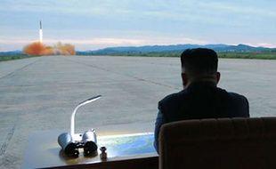 Kim Jong-un assiste au tir d'un missile près de Pyongyang, le 29 août 2017.