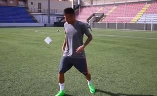 Neymar jongle avec du papier toilette.