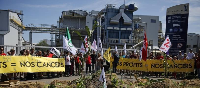 Plusieurs organisations dont Attac, la Confédération Paysanne et les Amis de la terre bloquent l'usine de Bayer-Monsanto dans les Landes, à la veille du G7.