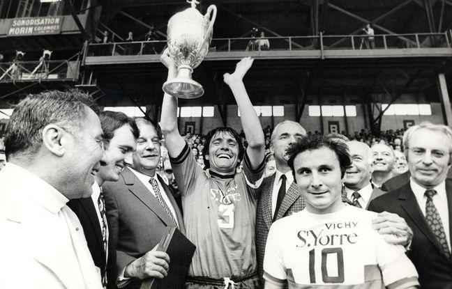 Le capitaine rennais Louis Cardiet soulève la Coupe de France à Colombes après la victoire des Bretons face à l'OL, le 20 juin 1971.