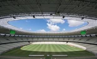 Grâce à la proximité du stade de football flambant neuf de la ville brésilienne de Fortaleza (nord-est), le restaurant informel qu'Antonia de Sousa Oliveira a monté dans la cour de sa maison a de plus en plus de clients et un programme de micro-crédit de la banque publique du Banco do Nordeste lui permet de faire prospérer son affaire.