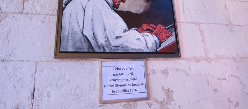 Le portrait du père Jacques Hamel restera bien en évidence dans l'église de Saint-Etienne-du-Rouvray où il a trouvé la mort le 26 juillet 2016.