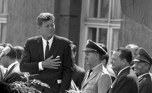 John Fitzgerald Kennedy à la mairie de Berlin Ouest, où il prononça son discours le 26 juin 1963.