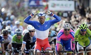 Le champion de France Nacer Bouhanni (FDJ), porteur du maillot jaune de leader dans Paris-Nice, a chuté mardi au cours de la 2e étape, entre Vimory et Cérilly (centre de la France), et a dû abandonner la course.
