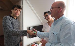 Jacques Lavie, de Bnblord, remet les clés d'un appartement loué sur Airbnb à Marcus et sa compagne.
