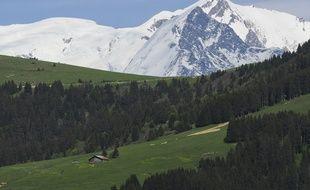 Le sommet du Mont-Blanc. au lac de Javen (1.397 m), à Megève.