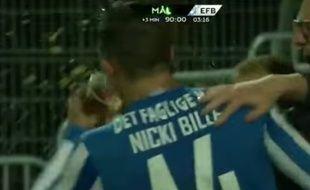 L'attaquant danois Nicki Bille Nielsen boit une bière après avoir marqué, le 28 septembre 2015.