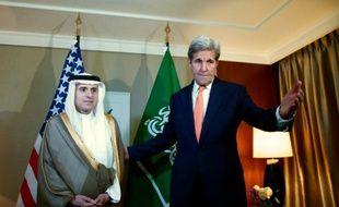 Le secrétaire d'Etat américain John Kerry (d) et le ministre saoudien des Affaires étrangères Adel al-Jubeir, à Genève le 2 mai 2016