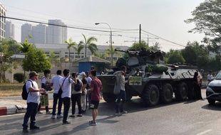 Des manifestants contre le coup d'Etat devant un char de l'armée, à Rangoun le 15 février 2021.