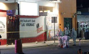 La police recueille des indices dans le bar où six personnes ont perdu la vie lors d'une fusillade, le 6 janvier 2019 à Playa del Carmen (Mexique).
