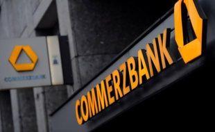 La deuxième banque allemande, Commerzbank, a annoncé mercredi une augmentation de capital de 2,5 milliards d'euros pour s'affranchir des participations silencieuses restantes de l'Etat fédéral et de l'assureur Allianz dans son capital, faisant plonger son titre en Bourse.