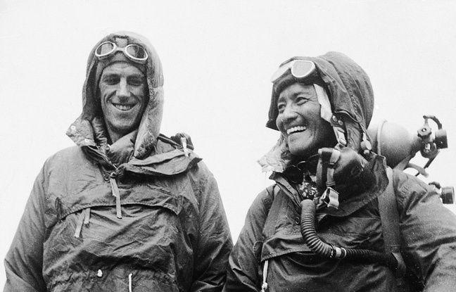 Le Néo-zélandais Edmund Hillary et le Népalais Tensing Norgay, le 26 juin 1953, un mois après leur ascension de l'Everest.