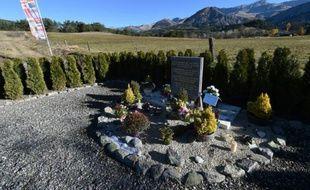 Vue de la pierre posée en hommage aux victimes du crash de la Germanwings, le 24 mars 2015 au Vernet