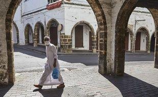 Un homme masqué dans une rue de Casablanca (Maroc), le 23 mai 2020.