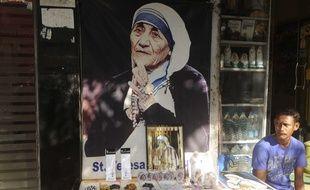 Un magasin de souvenirs vend des goodies Mère Teresa, en Inde.