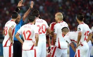Les joueurs tunisiens et l'arbitre de leur quart de finale de la CAN 2015, le 31 janvier 2015.