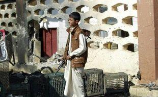 Un jeune yémenite devant la mosquée al-Nour à Sanaa le 7 octobre 2015 après une attaque suicide