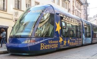 Strasbourg, le 8 septembre 2015 - Un tramway siglé aux couleurs de l'Europe à Strasbourg.