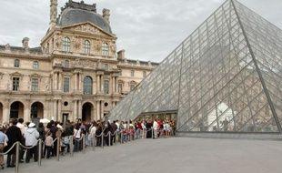 File d'attente de visiteurs à l'entrée du musée du Louvre à Paris