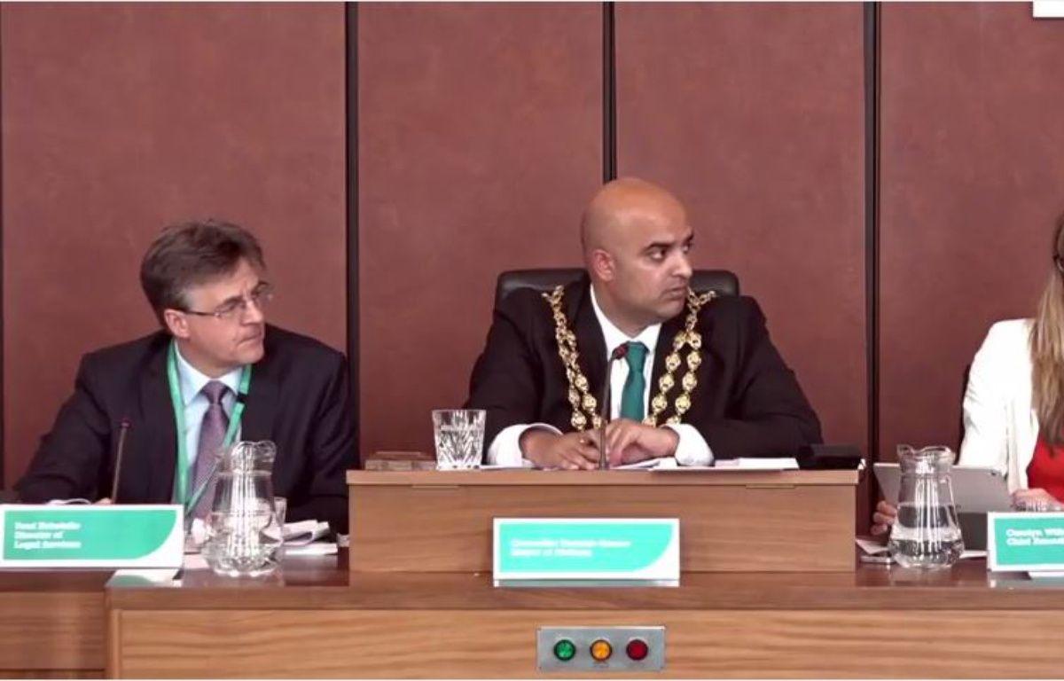 """Le maire d'Oldham, une ville anglaise, n'a pas """"imposé"""" une """"prière musulmane"""" pendant un conseil municipal. – Capture d'écran YouTube"""