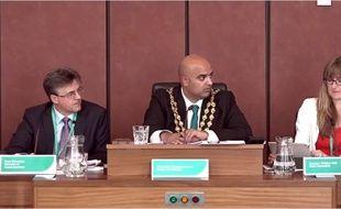 """Le maire d'Oldham, une ville anglaise, n'a pas """"imposé"""" une """"prière musulmane"""" pendant un conseil municipal."""