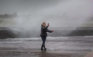 Illustration d'un comportement «inconscient» lors de la tempête Ciara, le 9 février 2020. Ici, à Portsmouth, en Grande-Bretagne.