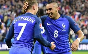 Dimitri Payet et Antoine Griezmann le 3 juillet 2016 lors de France-Islande au Stade de France.